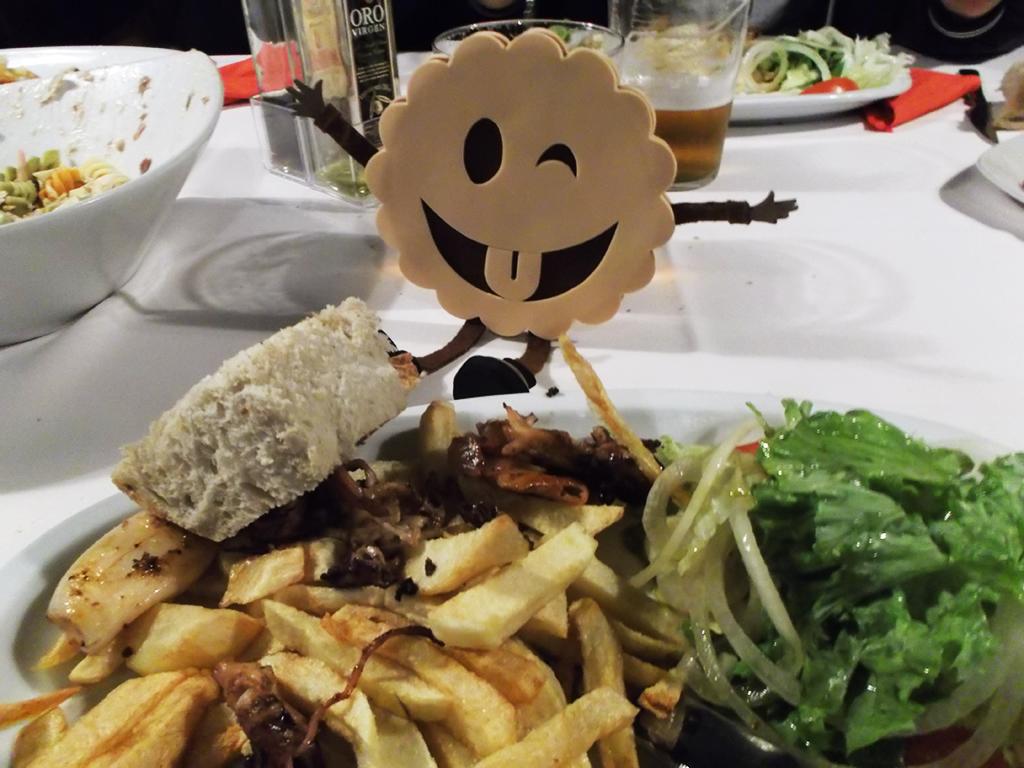 Carmiña y sus chipirones con ensalada y patatas. Que en el FIV hay que alimentarse bien ;)