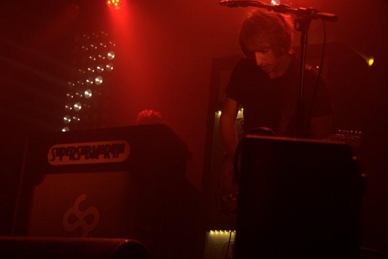 Jaime, guitarrista de Supersubmarina, sintiendo la música en el concierto con el que deleitaron al público compostelana, en la Sala Capitol