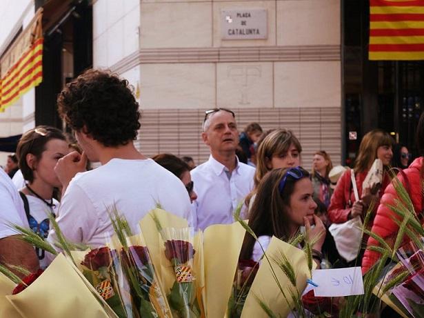 La Plaza de Catalunya abarrotada en Sant Jordi