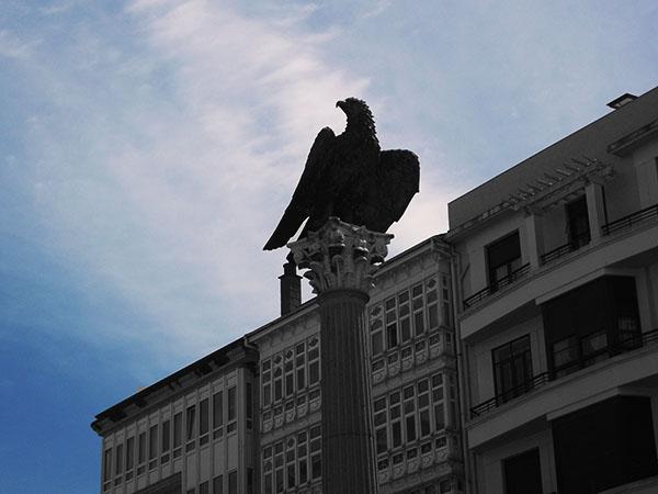 Águila que preside la Plaza de Santo Domingo recordando la fundación de Lugo por los romanos