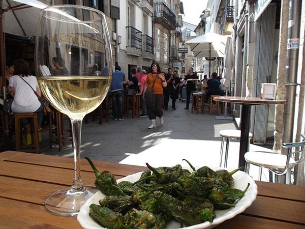 Disfrutando de un vino Albariño y unos pimientos de Padrón en Lugo