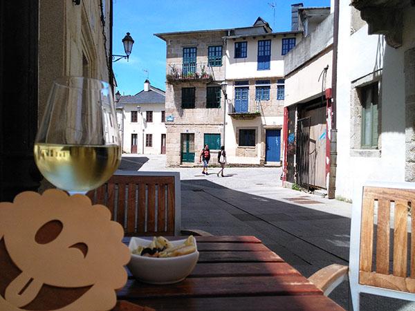 De tapeo en Lugo: vino Ribeiro y una tapita de ensalada de pasta con salmón y aceitunas negras