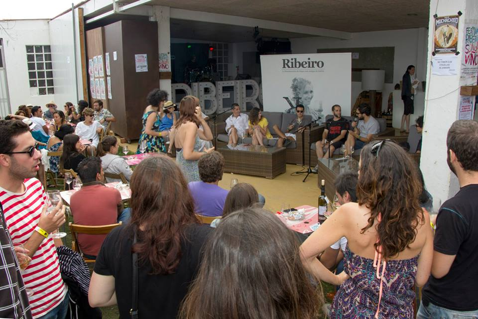 """Charla """"Viño e mocidade en Galicia. Conversas para atallar a ruptura xeracional"""" en el festival Ribeiro Son de viño."""